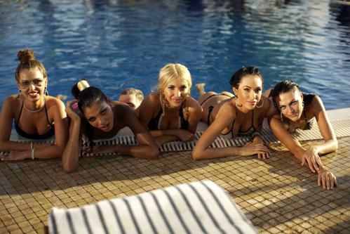 много девушек в бассейне