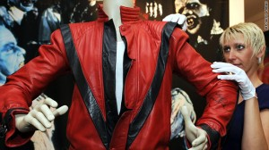 Куртку Майкла Джексона  продали за 1.8 млн. <p> $ на аукционе в Beverly Hills, California