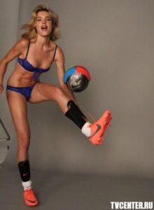 Наталья Водянова разделась и сыграла в футбол ради детей