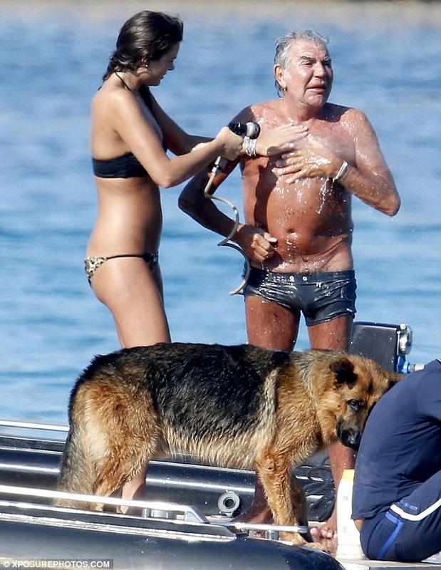 Любовница Роберто Кавалли моет его интимные места прямо на яхте