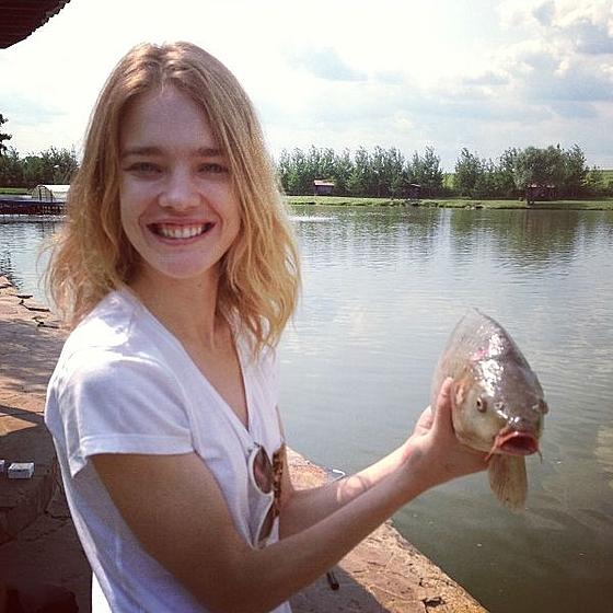 Модель Наталья Водянова на рыбалке