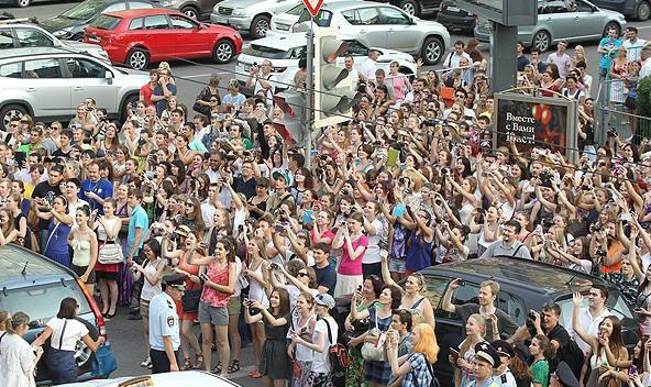 Поклонницы голливудского актера даже перекрыли движение в центре столицы, чтобы увидеть кумира.
