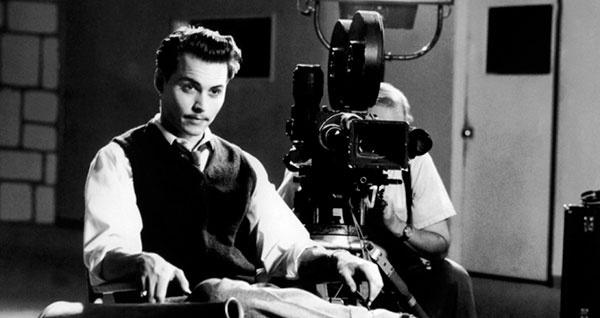 """""""Эд Вуд"""" (1994). Депп сыграл одного из самых плохих режиссеров Голливуда, питающего страсть к женской одежде, особенно свитерам из ангоры. По ходу действия мы увидим его в образе блондинки в свитерке и беретике, весьма симпатичной. Депп никогда не боялся выглядеть глупо, смешно и женственно — ведь всё это тоже маска, за которой можно так удачно спрятаться и повеселить народ. Ну, к тому же и историческая правда обязывала."""