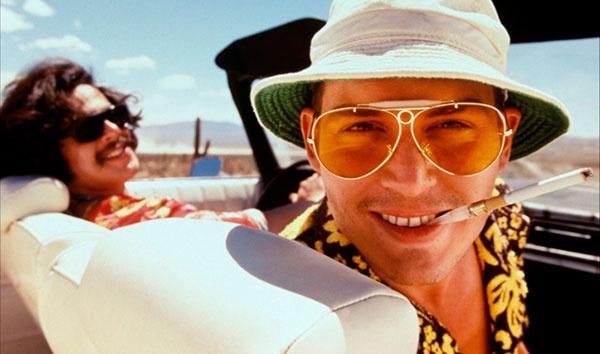 """""""Страх и ненависть в Лас-Вегасе"""" (1998). Один из самых любимых (и шокирующих) образов Деппа — лысый обрюзгший мужик в очках с плохими зубами. И не потому, что Джонни сыграл своего друга, прародителя гонзо-журналистики Хантера С. Томпсона — и тут надо было соответствовать жизненной правде. Главное — максимальная непохожесть на свое красивое лицо и имидж записного красавца. Покажите друзьям, несведущим в кино, фото из """"Страха и ненависти"""" и скажите, что это — Джонни Депп. Насладитесь секундами шока на лицах людей. Помножьте на миллионы просмотров картины в 1998 году и поймете, ЧТО испытывал тогда Джонни и КАК он был счастлив."""
