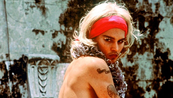 """""""Пока не наступит ночь"""" (2000). Здесь у Джонни небольшая, но яркая роль стукача-трансвестита, соблазняющего в тюрьме мятежного героя Хавьера Бардема. И снова здравствуй белый парик, наклеенные ресницы и помада. В арсенал добавилось боа, а затем — густые усы и военная форма, когда маски были сброшены. Роль Бон Бон принесла Деппу репутацию смельчака , каких мало — и, опять же, покажите эти кадры товарищам и посмотрите на их лица. Ведь они привыкли только к Джеку Воробью — а тут вы им такое!"""