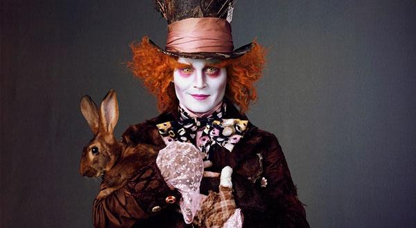 """""""Алиса в стране чудес"""" (2010). Самый яркий фрик в поздней карьере Деппа — Безумный Шляпник. Здесь у нас — собирательный образ всего сыгранного ранее, только во всех цветах радуги. Белила, румяна, темные круги, волосы дыбом — и всё пестрое, как и полагается психам. Депп разрабатывал этот образ с присущей ему изобретательностью. """"Я собрал кое-какую информацию о шляпниках и выяснил, что некогда существовала особая """"болезнь шляпников"""". Для склеивания шляп они использовали токсичную смесь, в которой было много ртути, и это приводило к серьезным отравлениям. У одних появлялись симптомы, схожие с болезнью Туретта, у других начиналось расстройство личности. Эта смесь была апельсинового цвета — отсюда апельсиновый парик""""."""