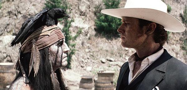 """""""Одинокий рейнджер"""" (2013). На сегодня — самое шизанутое творение Деппа. В его индейце Тонто с белилами и черными полосами на лице можно углядеть корни джармушевского «Мертвеца» — но это, скорее, совпадение. Депп наткнулся на картину """"Я – ворон"""" Киби Сэттлера и его, что называется, проперло. «Посмотрел на нее, на лицо воина и подумал: вот оно. Полосы вдоль лица и по глазам... по мне, словно так можно видеть разные части личности, если вы понимаете, о чем я». Что касается ворона, то на картине птица просто летела мимо, но Депп решил посадить ее себе на голову для пущего эффекта. Из деталей — нос с горбинкой, как у настоящего индейца. Главное здесь — человек без лица, скрытый за тонной грима. Его лицо — одновременно всё и ничего для зрителя, история и тайна. Как и, собственно, сам Джонни. В настоящий момент маска Тонто вступила в сильную конкуренцию с маской Джека в жизни Деппа. Артист все чаще появляется с перьями в голове и шляпе, усыновился племенем команчи — в общем, если у """"Рейнджера"""" будет сиквел, нам предстоит наблюдать эпическую битву личностей за тело Джонни Деппа."""