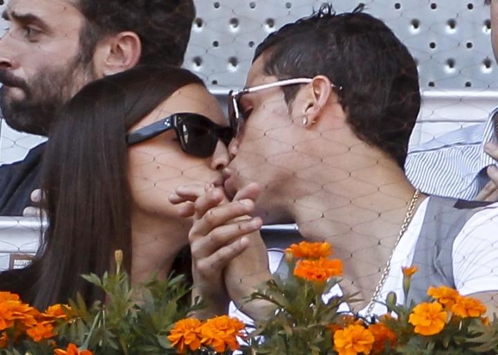 Криштиану Роналду и Ирина Шейк целуются