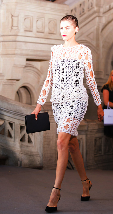 Футуристические элементы также прослеживаются в последних коллекциях Симонса для Dior