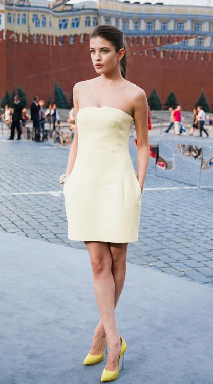 Анна Чиповская, как и Рената Литвинова, к минималистичному платью подобрала яркую обувь