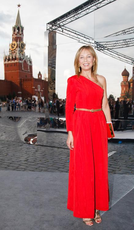 Алена Долецкая знает — девушку в красном нельзя не заметить, поэтому выбор редактора Interview пал именно на алый вечерний наряд асимметричного кроя