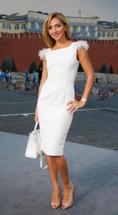 Татьяна Навка напомнила присутствующим, что один из главных цветов этого лета — белый