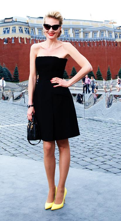 Рената Литвинова, обычно приветствующая исключительно вещи в стиле ретро, на этот раз проявила себя как истинная модница, подобрав к маленькому черному платью ярко-желтые лодочки