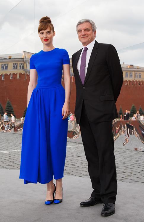 Луиза Бургуэн на собственном примере продемонстрировала, что рыжеволосым красавицам как никому идет насыщенный синий цвет (на фото — с Сидни Толедано)