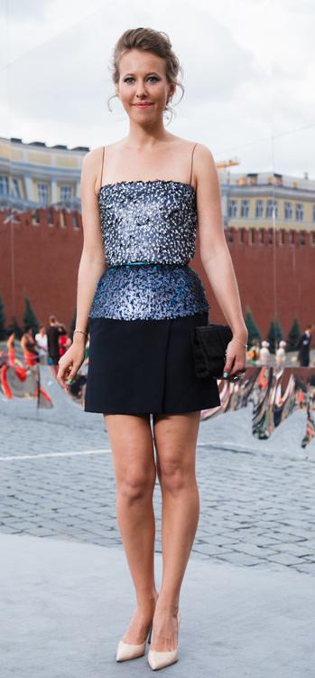 Ксения Собчак неожиданно сменила летящие платья в пол на мини и продемонстрировала гостям показа свои стройные ноги