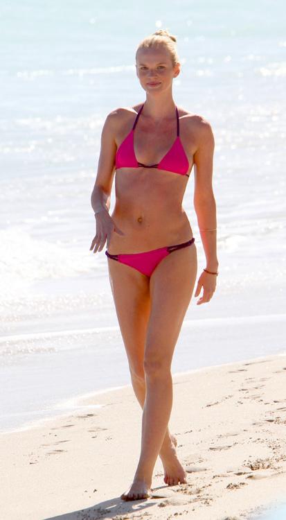 Фигурой Анны Вьялицыной восторгаются модные дизайнеры и фотографы во время съемок и показов, а на пляже крошечное черно-розовое бикини демонстрирует прекрасную форму модели простым отдыхающим