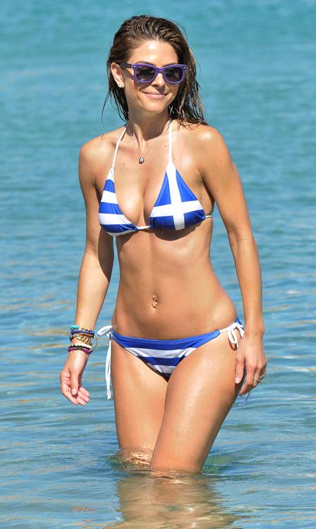 Мария Менунос, хоть и родилась в США, о своих греческих корнях не забывает — даже ее купальник стилизован под флаг Греции