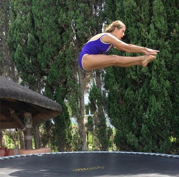 Виктория Боня тренирует прыжки в воду