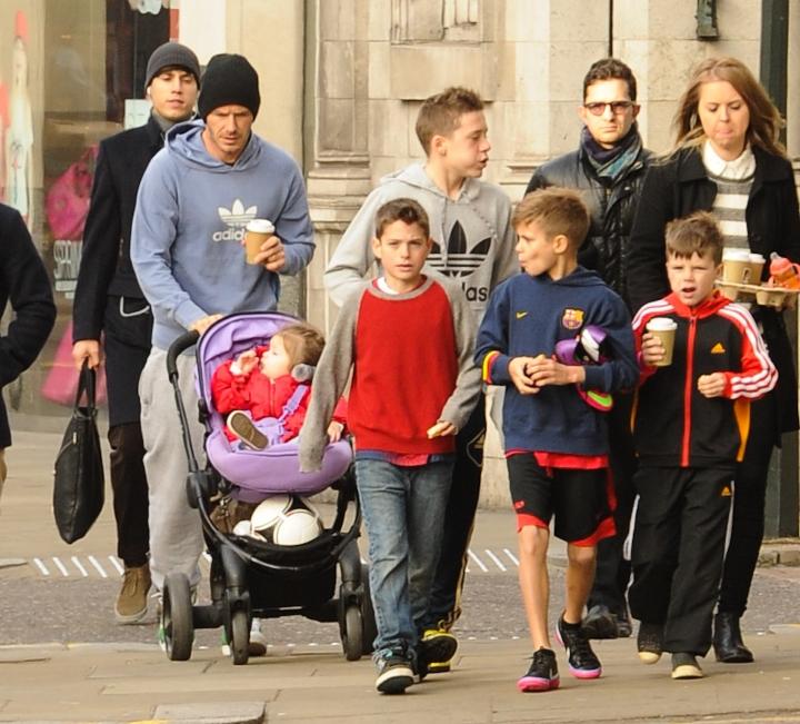 Дэвид Бекхем на прогулке с детьми