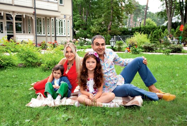 Гарик Мартиросян с семьей