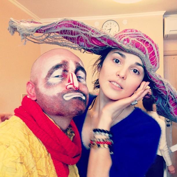 Экс-фабрикантка и певица Сати Казанова, также не отстает от этой модной тенденции — демонстрировать фото без макияжа