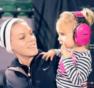 Певица Пинк с дочкой на фотосессии