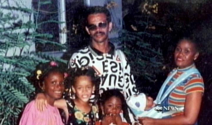 Рианна (вторая слева) с семьей