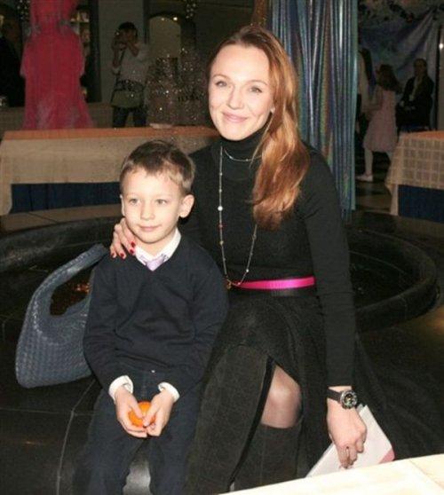 Альбина Джанабаева с сыном Костей.