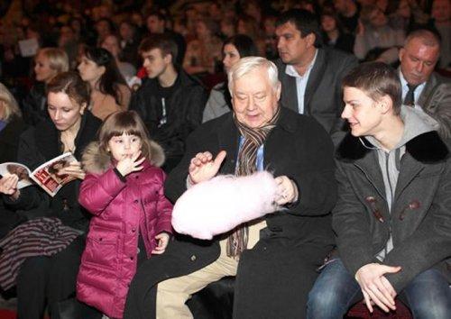 Олег Табаков и Марина Зудина с детьми.