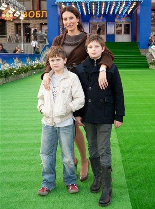 Алика Смехова с сыновьями.