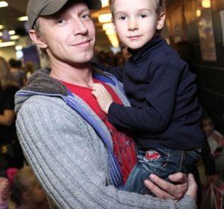 Антон Камолов с сыном.