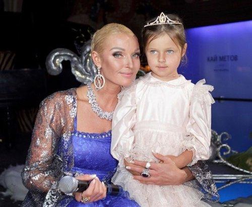 Анастасия Волочкова с дочкой Аришей.