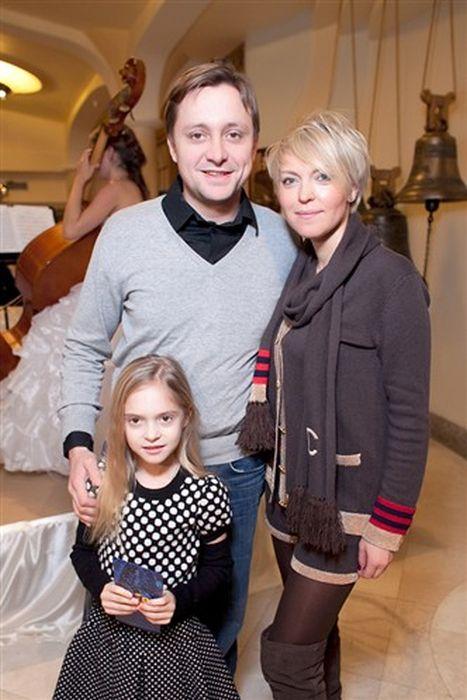 Артем Михалков с женой и дочкой.