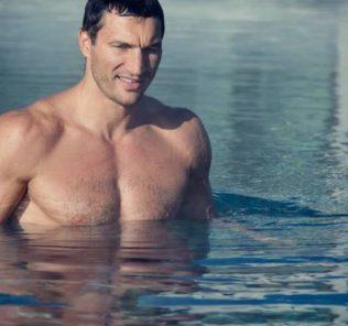 Владимир Кличко голый в бассейне