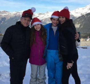 Кэтрин Зета-Джонс с семьей рванула во французские Альпы