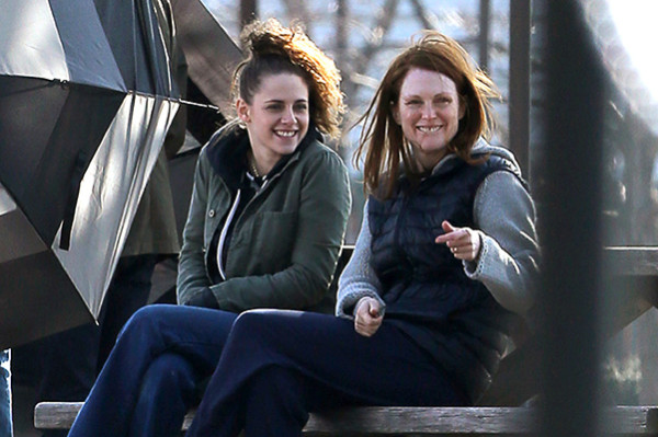 Kirsten Stewart lends a helping hand to Julianne Moore