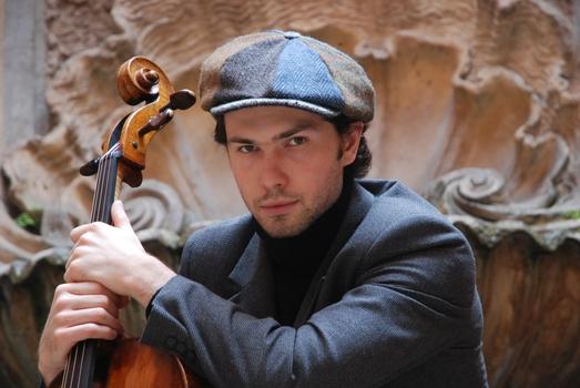 Певец Георгий Юфа исполнил знаковое классическое произведение на виолончели