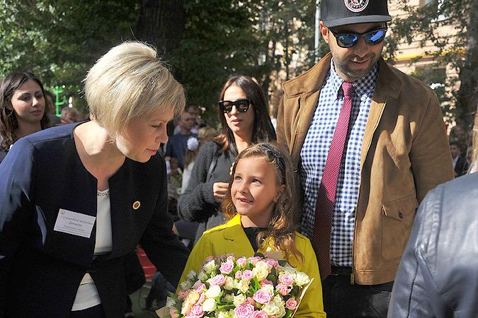 Иван Ургант с женой привели дочь Нину в первый класс