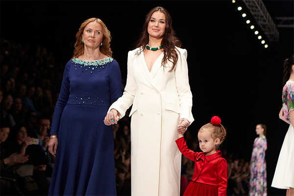 Оксана Федорова вывела на подиум свою 2-летнюю дочку