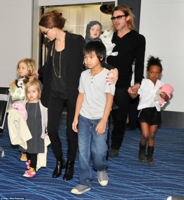 Джоли и Питт с детьми. Фото: kinotime.org