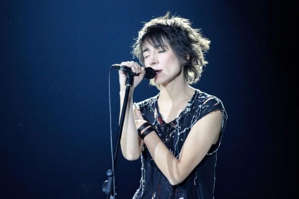 На концерте в Таллине Земфира прыгнула в толпу поклонников