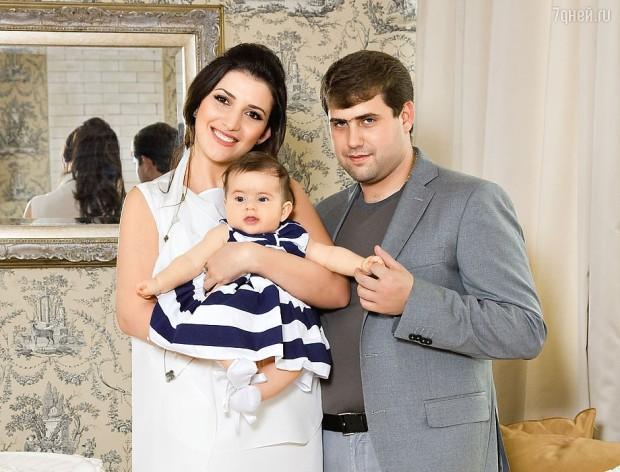 Жасмин с семьей. Фото: 1news.az