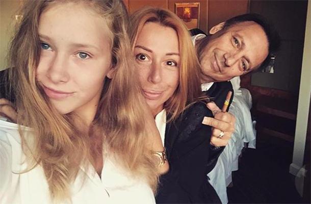 Алена Апина с семьей. Фото: tvoygorodpskov.ru