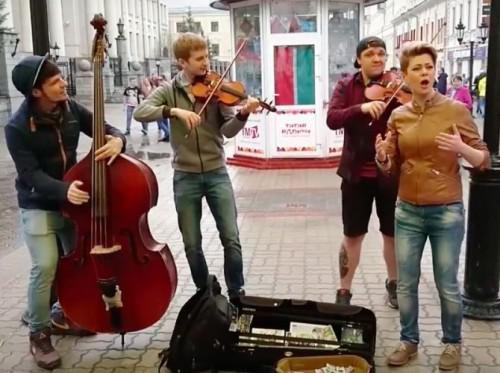 Диляра Умарова и трио уличных музыкантов. Фото: amur.info