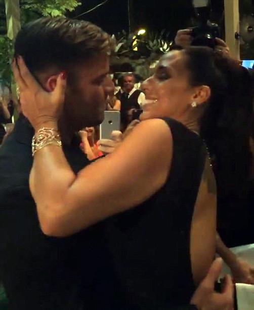 Рикки Мартин целует фанатку. Фото: www.woman.ru