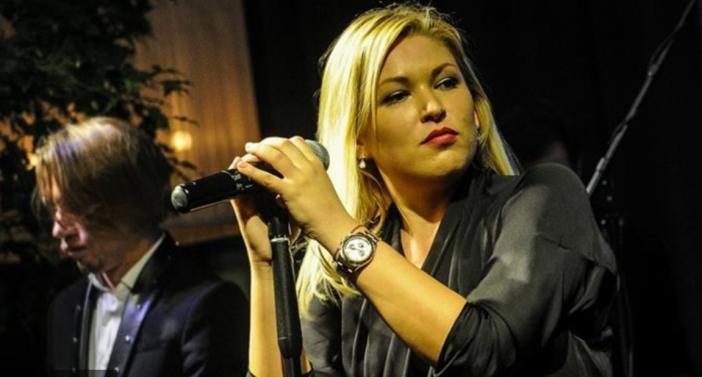 Ирина Дубцова у микрофона
