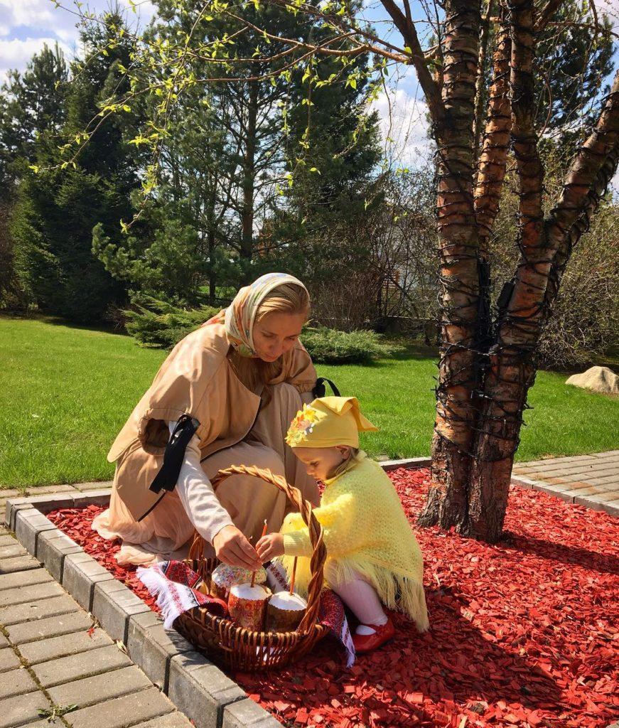 Татьяна Навка опубликовала праздничные фото с дочерью Надеждой Фото: Инстаграм
