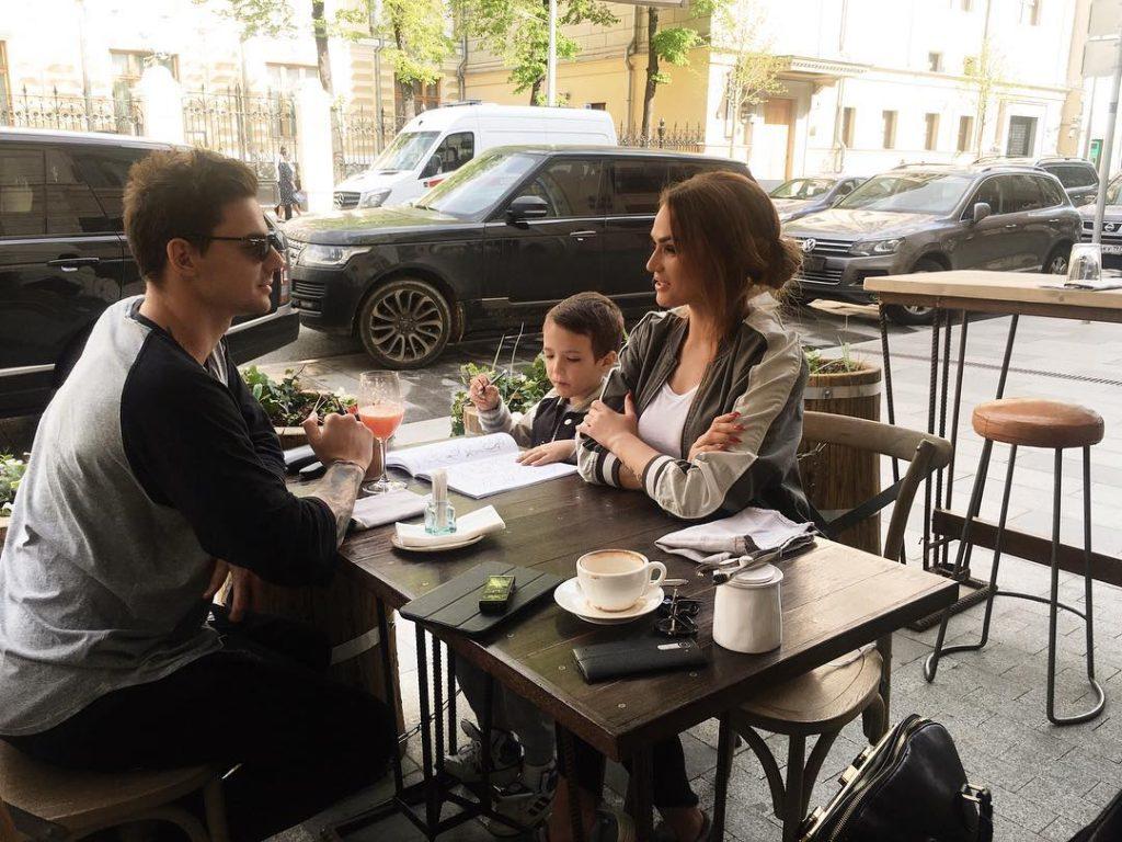 Алена Водонаева с сыном и будущим супругом