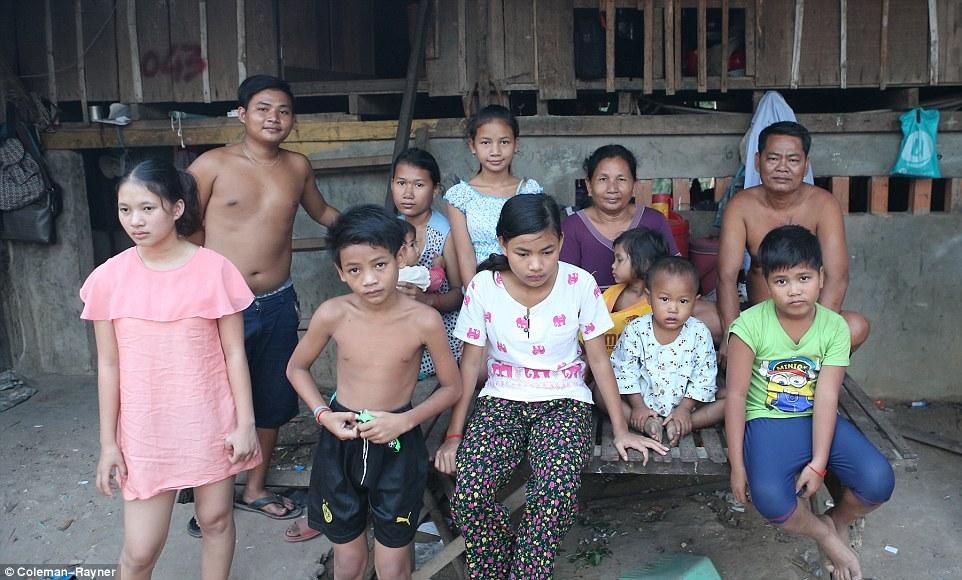 """Анджелина Джоли """"усыновила"""" семью из Камбоджи Фото: Daily Mail Celebrity"""