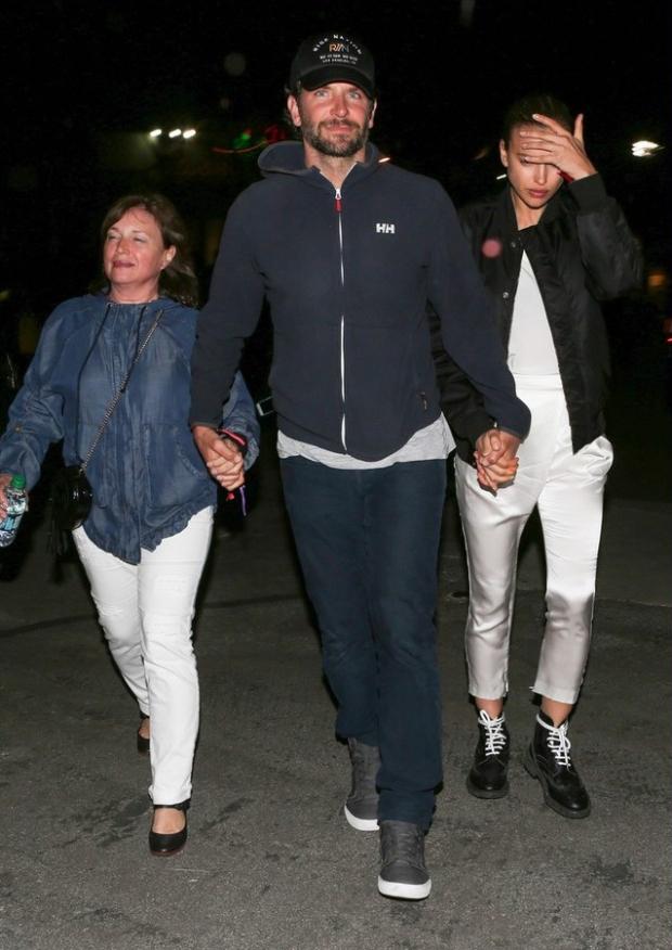 Ирина Шейк с мамой и Брэдли Купером на концерте Бейонсе Фото: East-News\Splash